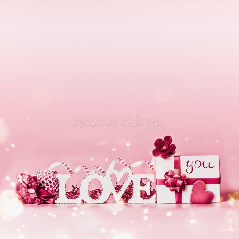 重点 充满爱的浪漫构成您消息、礼物盒、红色丝带和心脏 欢乐问候概念 库存照片