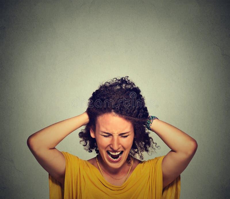 重点 她拉的重点强调白人妇女年轻人的女实业家接近的疯狂的失败去的头发 库存照片