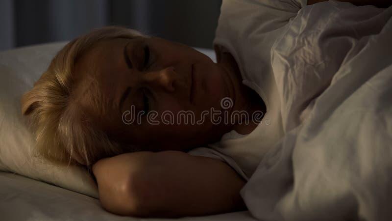 重病的女性患者睡觉医院病床,年长妇女老人院 库存图片