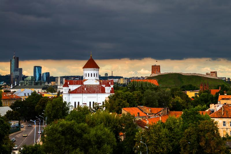 重的乌云鸟瞰图在维尔纽斯,立陶宛的 免版税库存照片