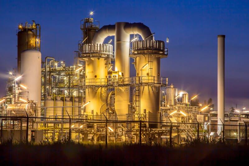 重的工业化工工厂在晚上 图库摄影