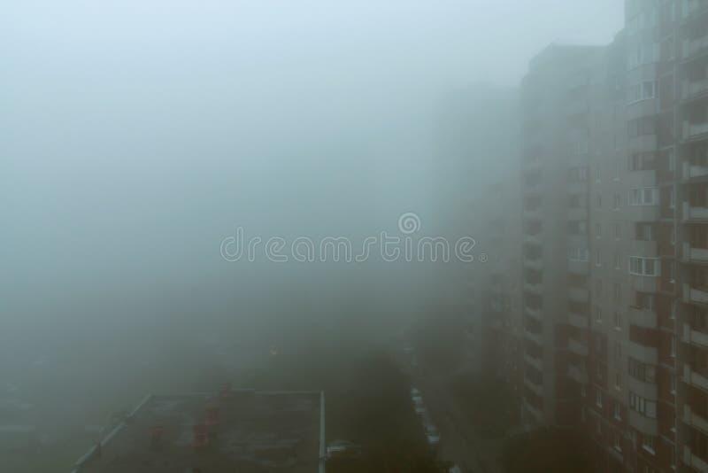 重的早晨雾和蒸发在有高层建筑物的城市 免版税库存照片