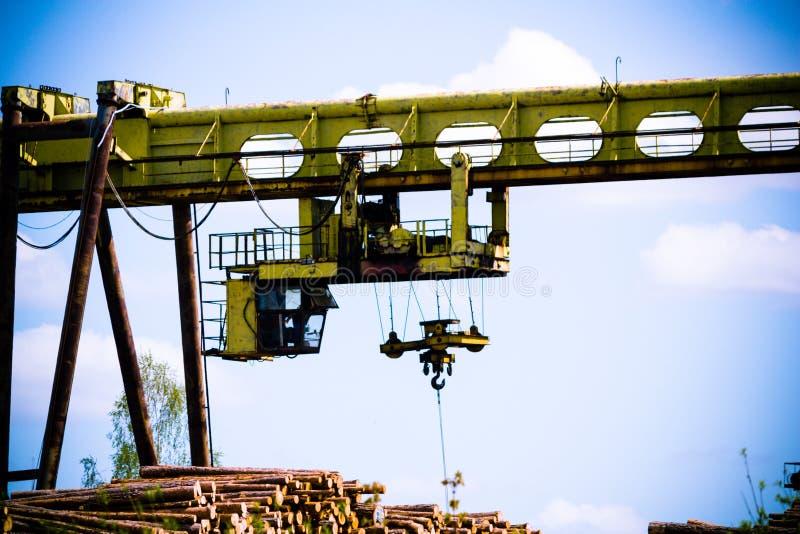 重的森林装载者/起重机在制造业中 库存照片
