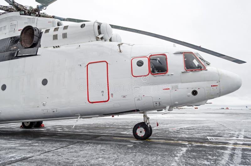 重的直升机在停车场的冬天 免版税图库摄影