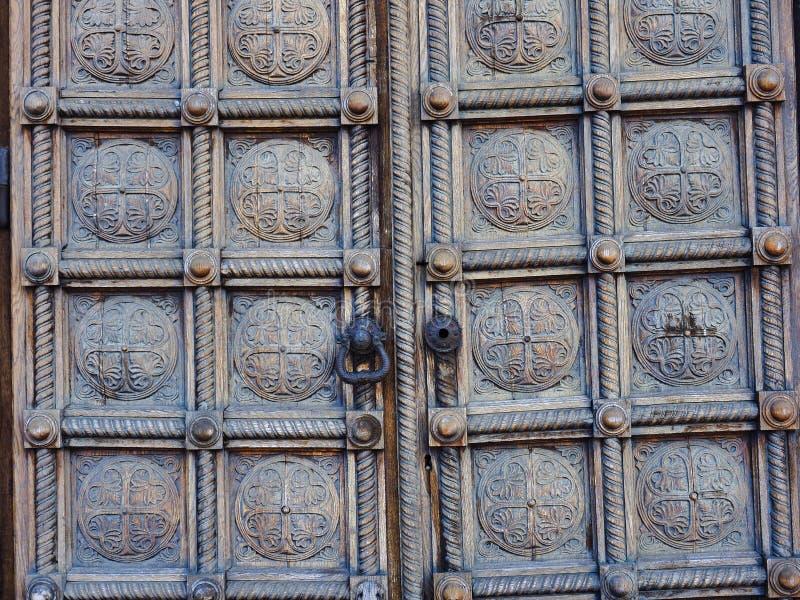 重的被雕刻的木拼花板门细节,亚历山大・涅夫斯基大教堂,索非亚,保加利亚 免版税图库摄影