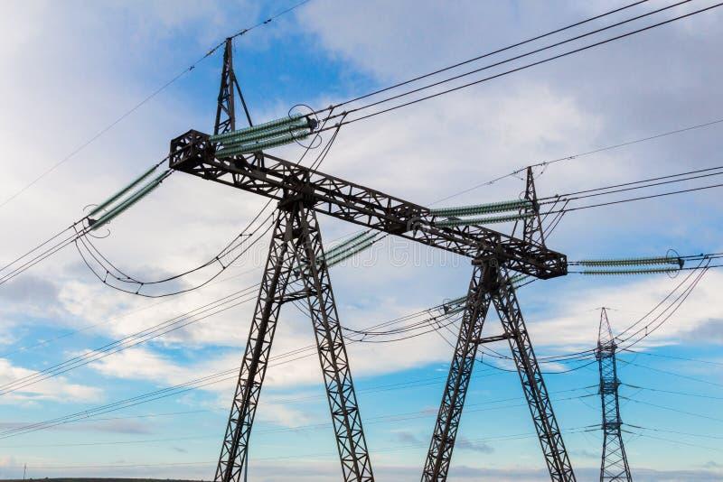 重的高压电定向塔和主输电线 免版税图库摄影