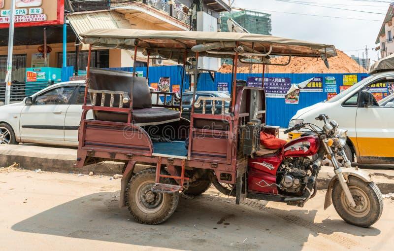 重的triccycle出租汽车摩托车在西哈努克柬埔寨 免版税图库摄影
