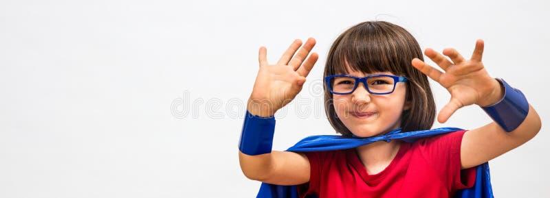 重要心态或操作的半信半疑的超级聪明的英雄孩子 免版税库存图片