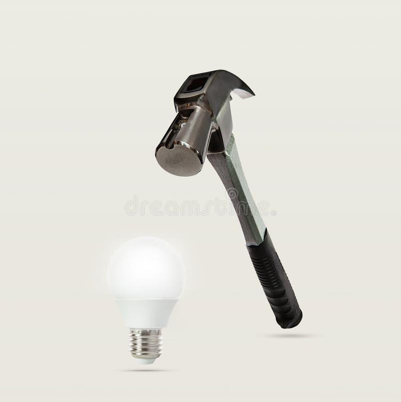 重金属的锤子和电灯泡摘要  图库摄影
