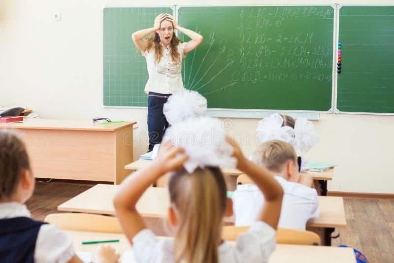 重音或消沉的老师妇女在学校教室 库存图片