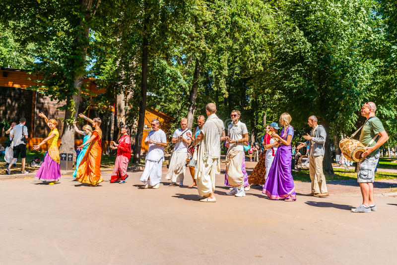 野兔克里希纳追随者在莫斯科高尔基公园跳舞 库存图片