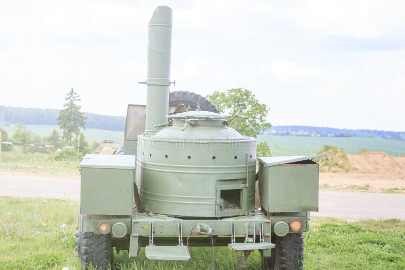 野外用的全套炊具 使用在军队 站立的户外 免版税库存照片