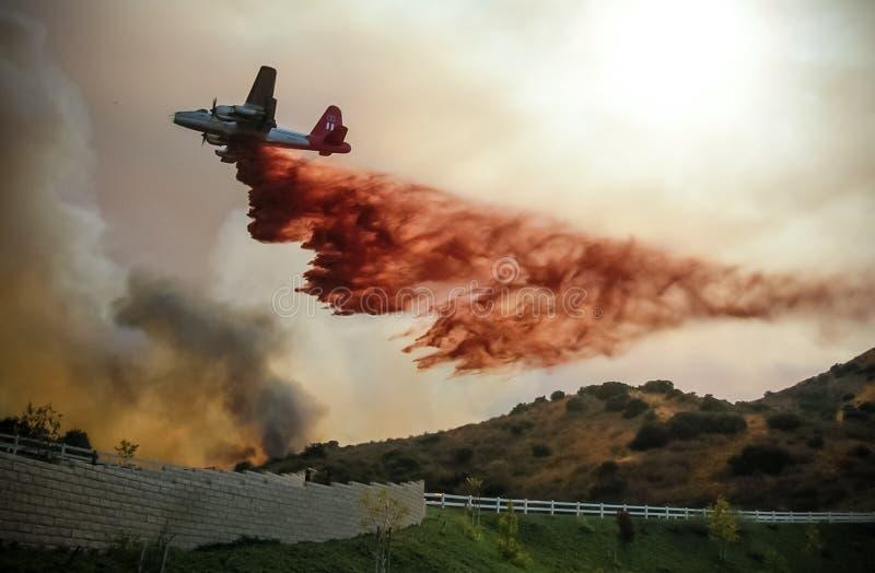 野火水下降的飞机 免版税库存照片