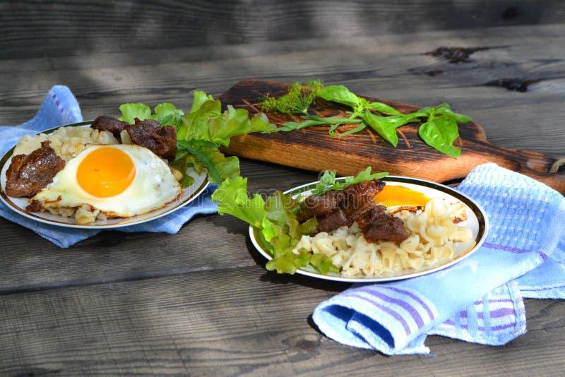 野禽俄国烹调:狍牛排和面团在黑木桌上 库存照片