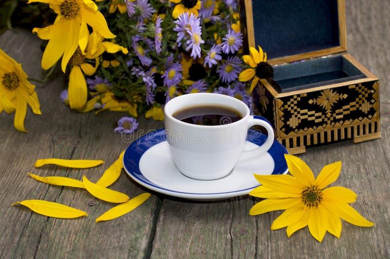 野花、咖啡、小箱和黄色瓣花束  免版税库存图片