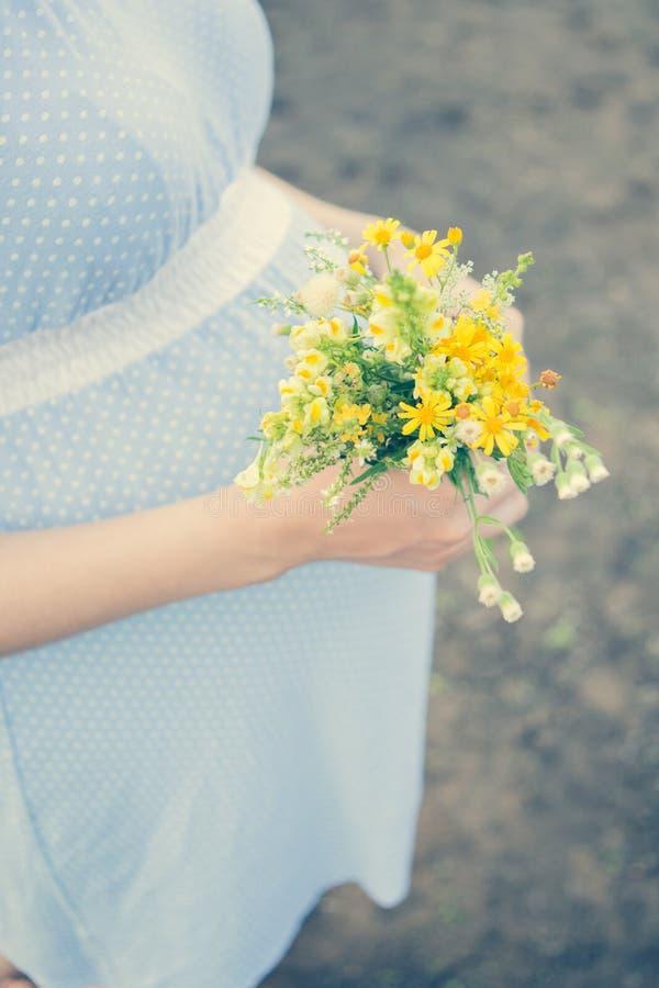 野花怀孕的产科诞生儿童期望 免版税图库摄影