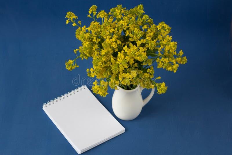野花花束在花瓶的 免版税图库摄影