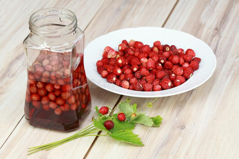 从野草莓的甜利口酒 图库摄影