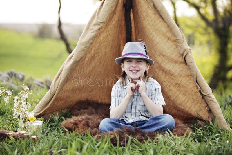 野营与微笑 库存照片