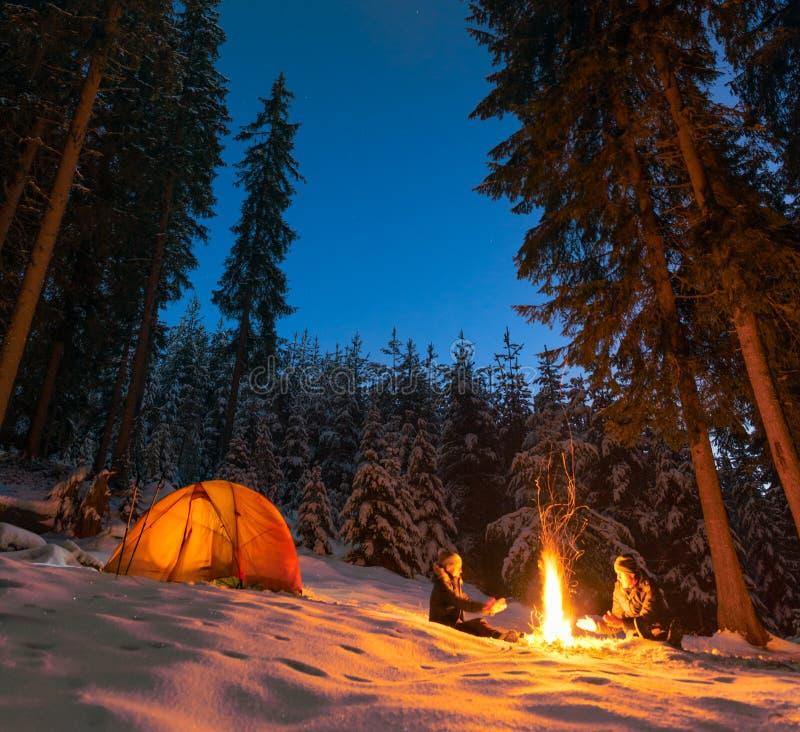 野营与营火和帐篷户外在冬天 图库摄影