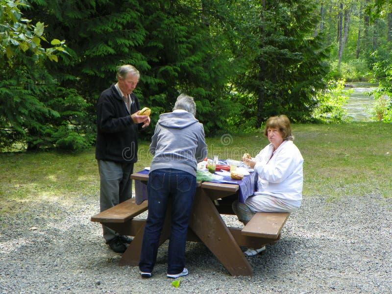野营和吃午餐 免版税库存图片
