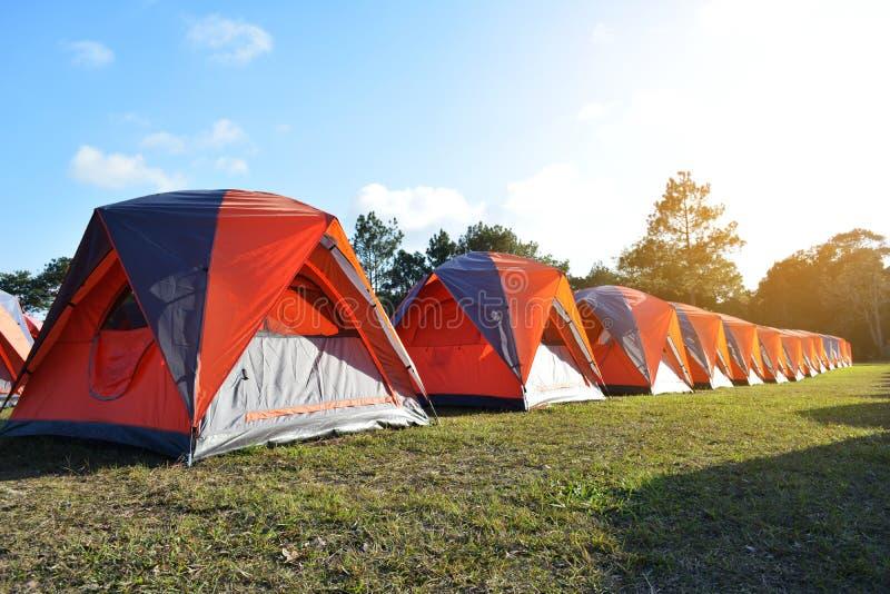 野营和在山顶部的五颜六色的帐篷在假期远航 库存图片