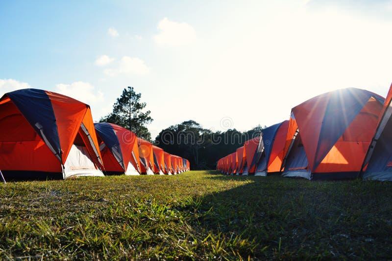 野营和在山顶部的五颜六色的帐篷在假期远航 免版税库存照片