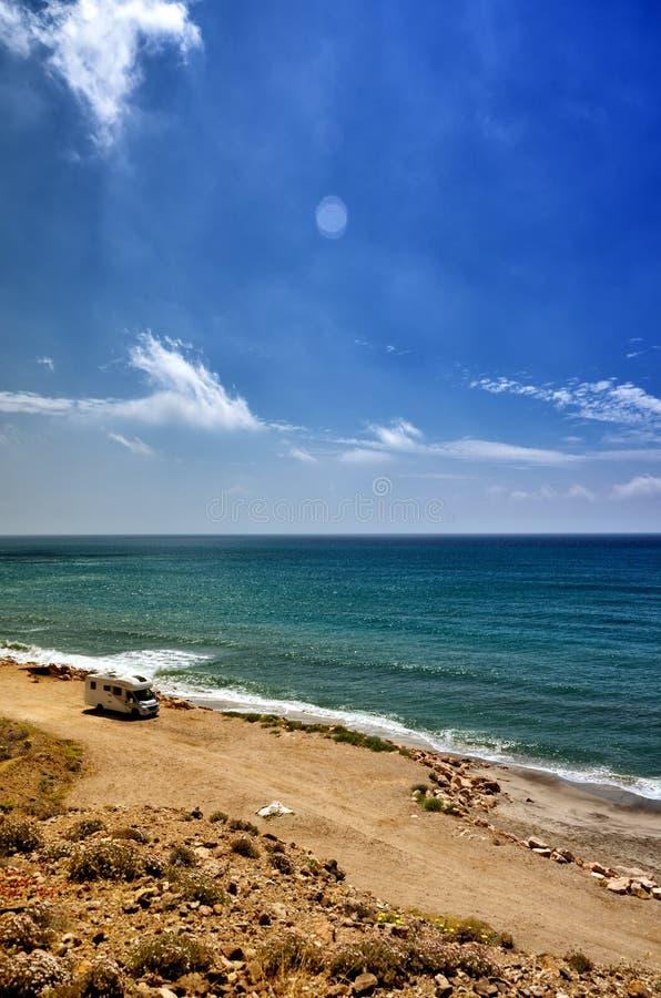 野营在与有蓬卡车的海滩,自由概念 库存图片