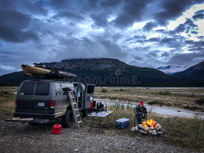 野营在我的4x4搬运车的偏远地区在遥远的阿拉斯加 库存照片