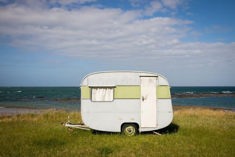 野营在有蓬卡车在一个东海岸海滩,吉斯伯恩,北岛,新西兰的自由 库存图片