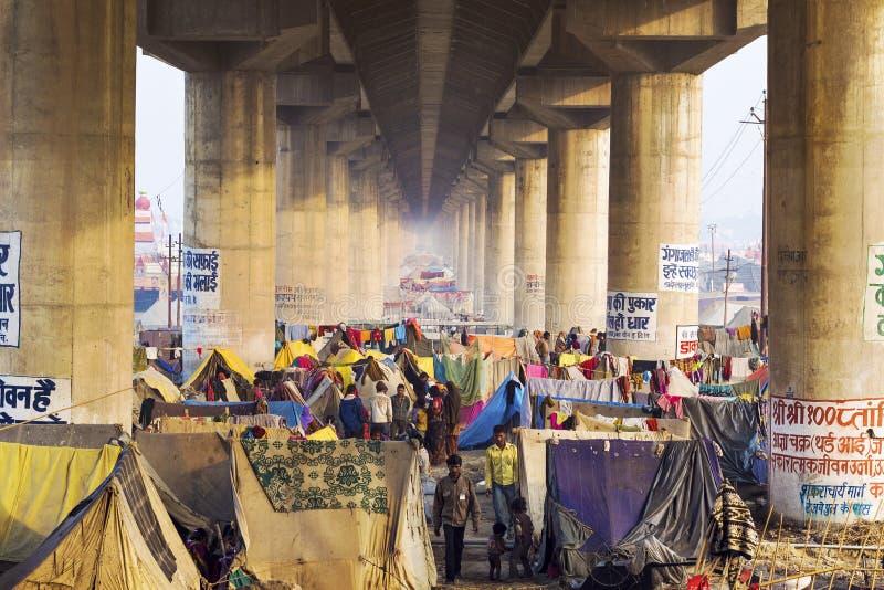 野营在桥梁下的人群在Kumbh Mela节日在安拉阿巴德, 图库摄影