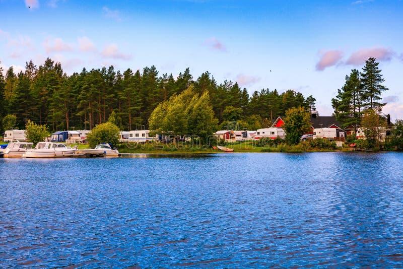 野营在湖的有蓬卡车公园在芬兰 库存图片