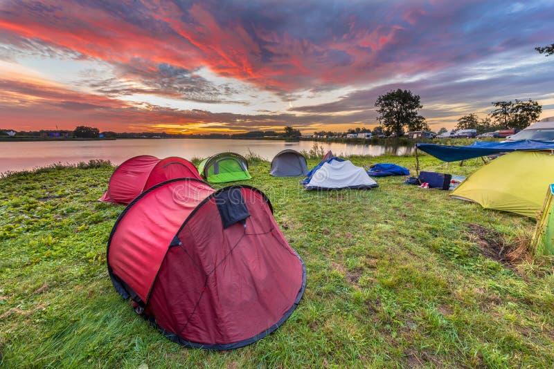 野营在湖附近的圆顶帐篷 免版税库存图片