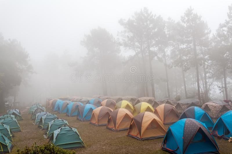野营在薄雾海的圆顶帐篷在泰国 库存图片