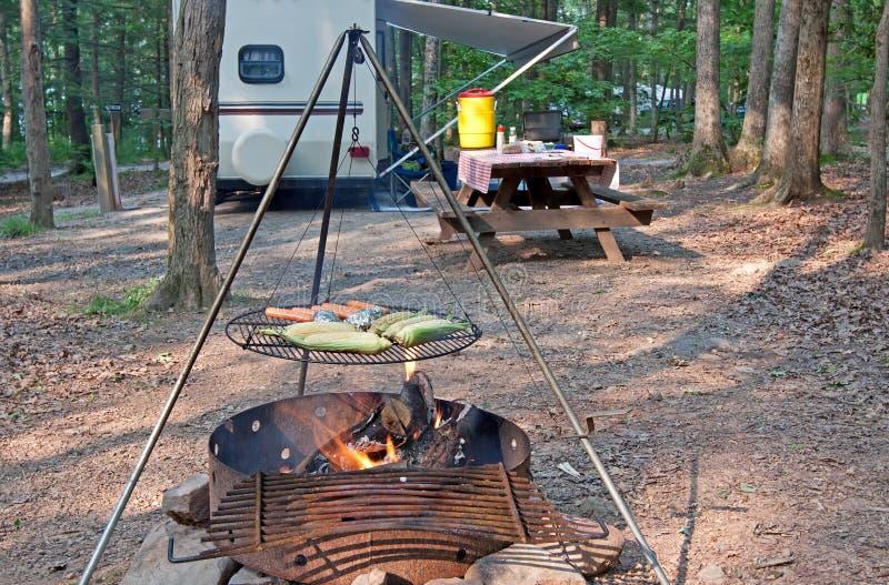 野营地进餐时间 免版税图库摄影