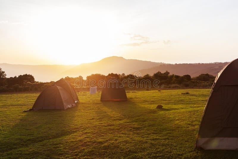 野营本质上在日落的 免版税库存照片