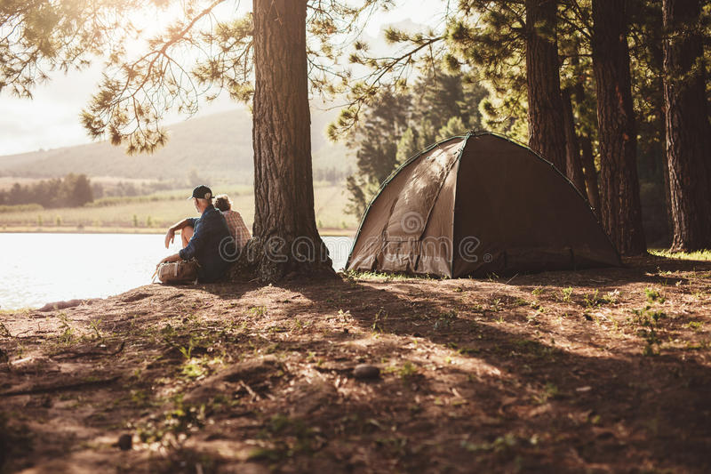 野营由湖的成熟夫妇 免版税库存照片