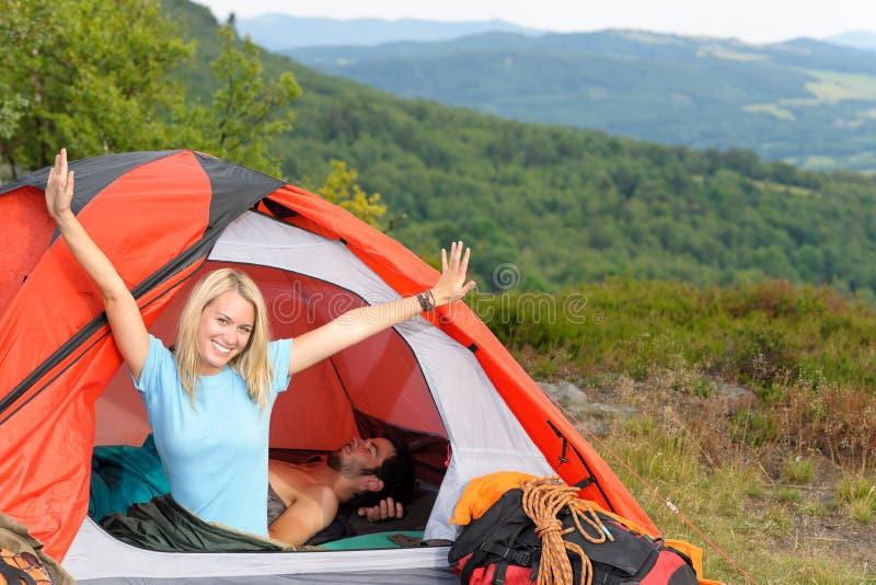野营的上升的夫妇适应日落帐篷年轻&# 图库摄影