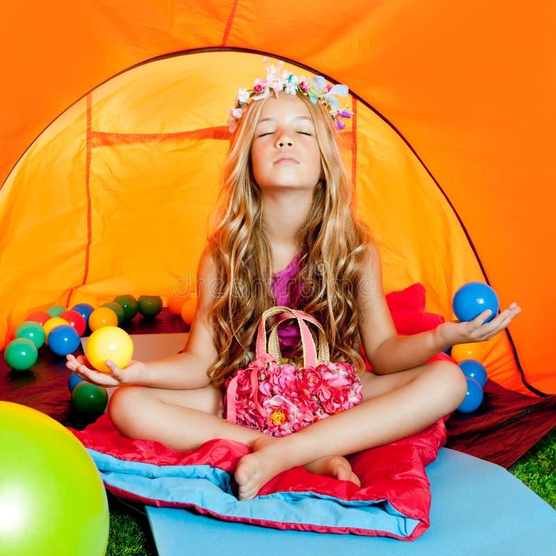野营的儿童女孩于放松帐篷瑜伽 库存照片