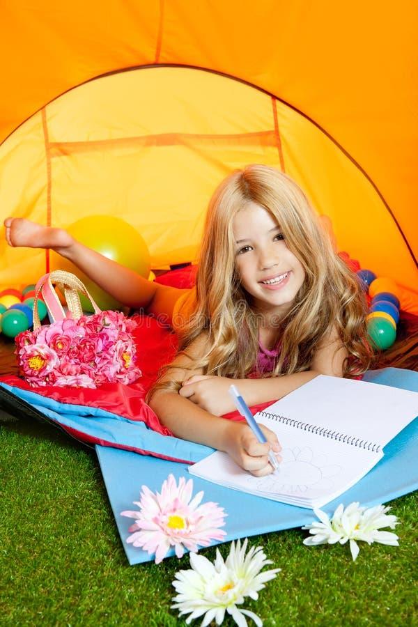 野营的儿童女孩笔记本帐篷文字 库存图片