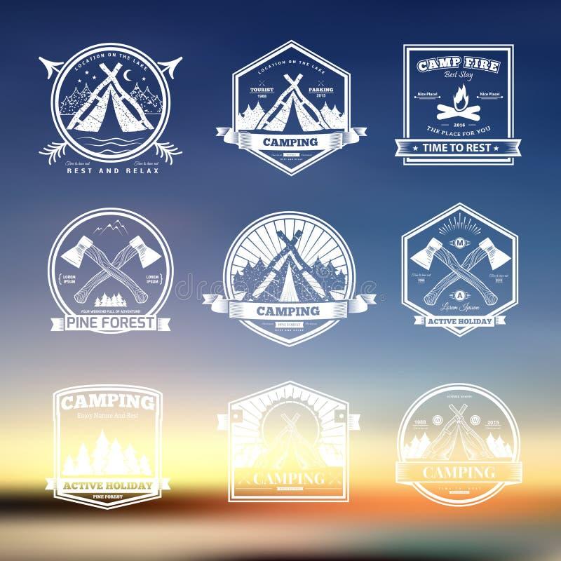 野营的减速火箭的传染媒介商标 库存例证