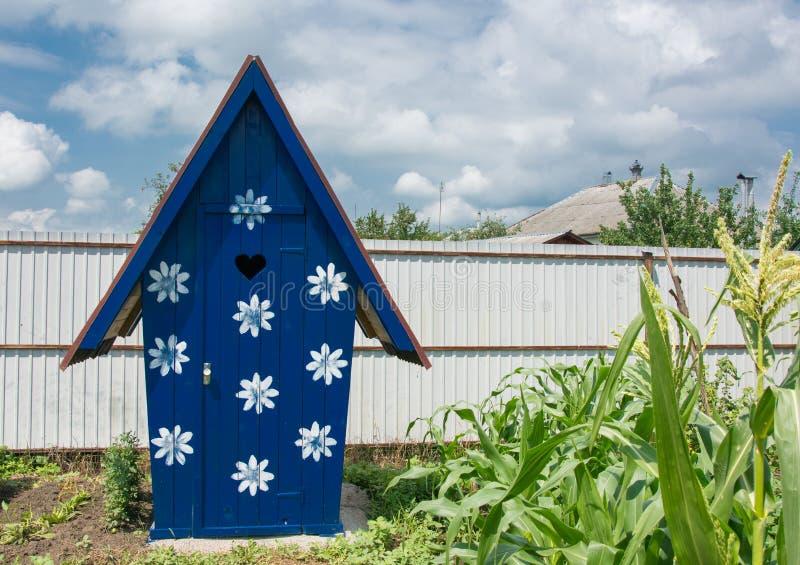 野营的外屋 农村洗手间 免版税库存照片