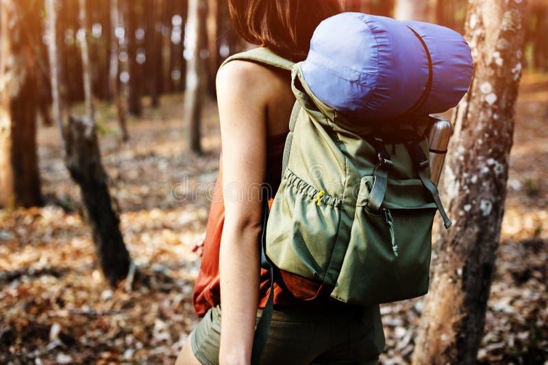 野营的妇女背包徒步旅行者休闲假日概念 库存照片