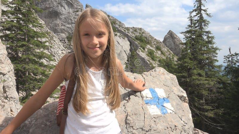 野营的孩子,足迹在山,旅游女孩,森林旅行游览签字 免版税库存照片