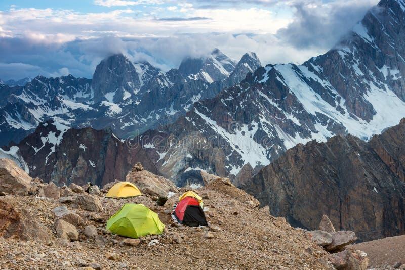 野营的帐篷和高山景城 图库摄影