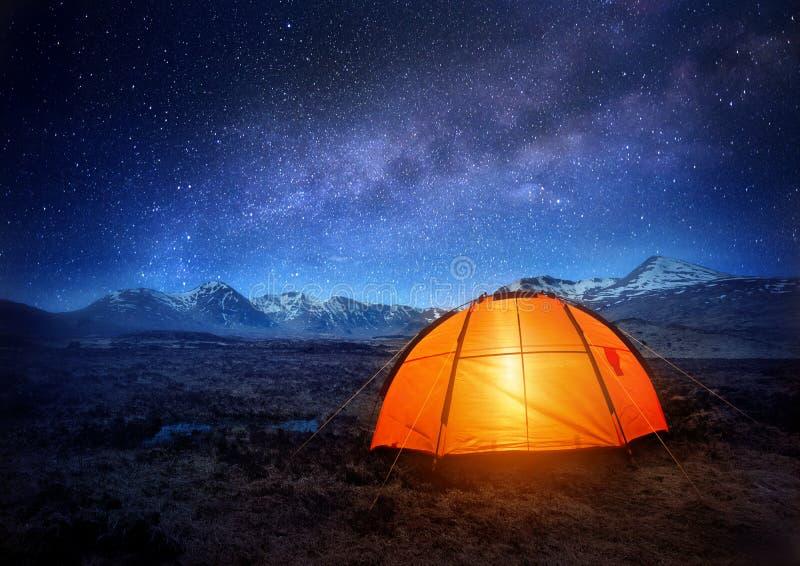 野营的星形下 免版税库存照片