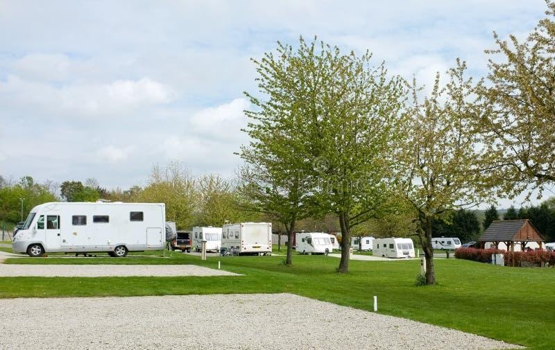 野营的有蓬卡车公园站点 库存照片