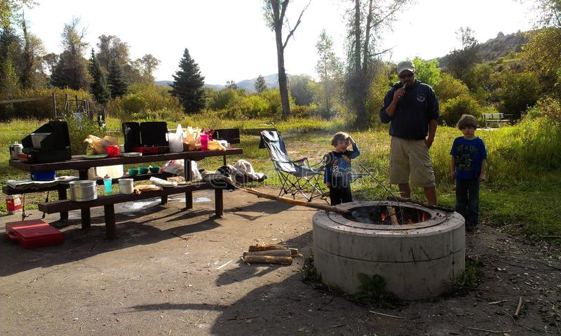 野营的爸爸和的男孩 库存照片