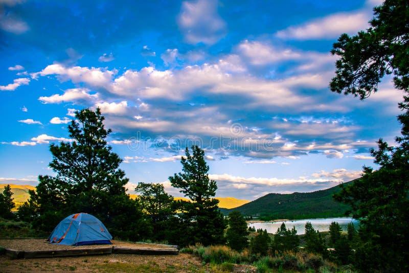 野营的科罗拉多晚上有帐篷和湖侧视图 免版税库存照片