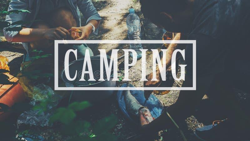 野营的背包徒步旅行者远足旅途旅行艰苦跋涉放松烹饪器材概念 野营,在夫妇游人背景的题字 免版税库存照片